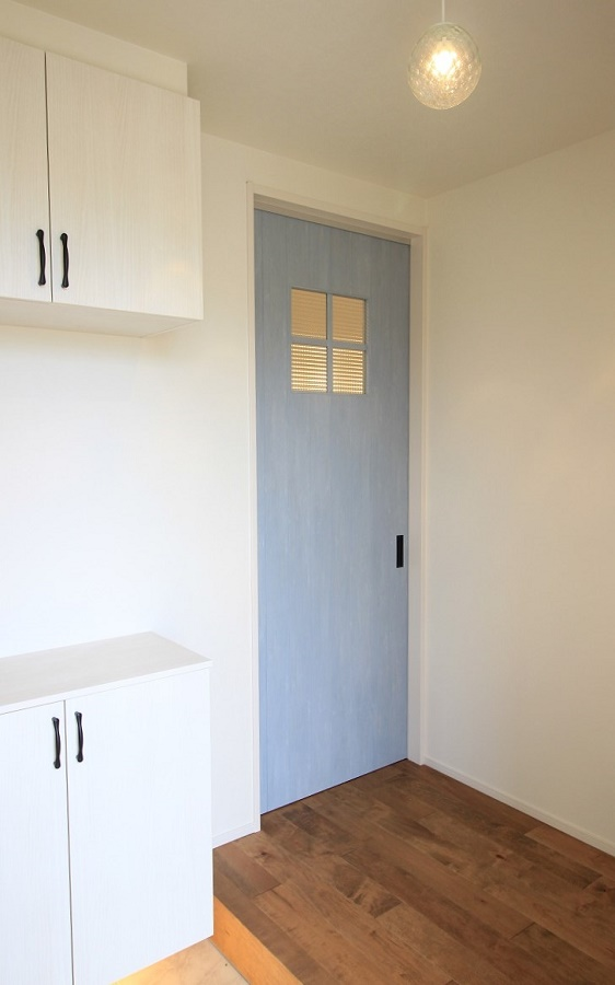 床はすべて無垢のフローリングで一年中裸足で過ごしたくなる住まいです ドアにはアンティーク調のガラスに十字の格子がアクセントになっています