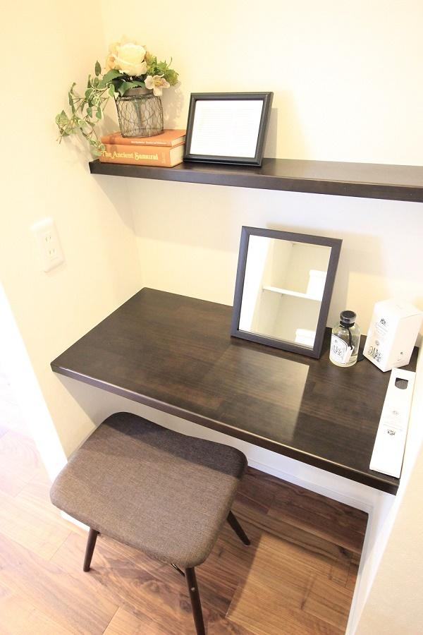 収納スペースの一角に設けたカウンタースペースはママのお化粧コーナーにも パパの書斎スペースにも活用頂けます