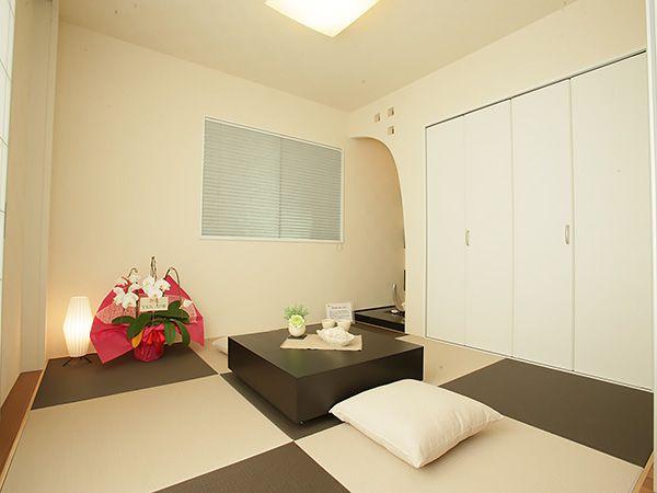 つながりのモダンな和室はパパのお昼寝の場所、また客間としても大活躍の自由自在な空間です。