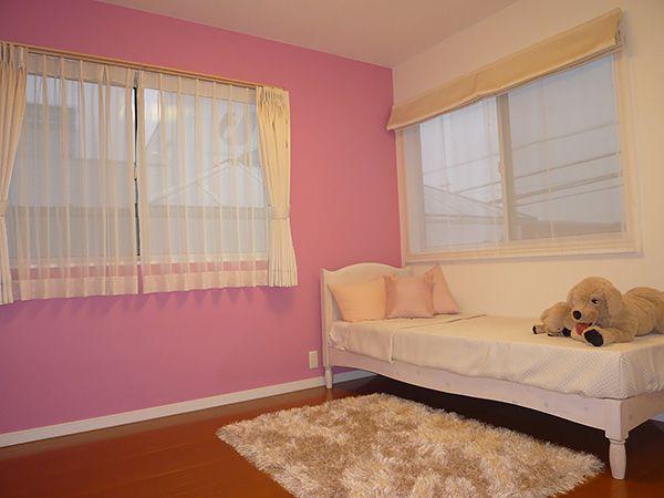 きちんと収納を設け片付けの習慣も身につく、温かく優しさを育むお部屋です。