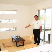 キッチンに隣接した和室は、マルチなセカンドリビングスペースです、 キッズスペース、居間、茶の間、客間、寝室にと早変わり、中庭が見渡せて、とても居心地の良いスペ-スです。
