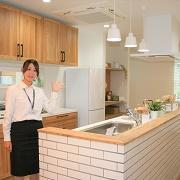 LDKの空間をキッチンでゆるやかに分けることで「だんらんのダイニング」と「くつろぎのリビング」が生まれました。