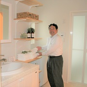 リビングから直接洗面所に行く動線は、家事効率や子どもの手伝い・歯磨きの習慣づけに良い動線です。洗面台と洗濯機置場の間には、おける便利な収納を設けました。