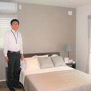 落ち着いたトーンの床や壁紙。照明の配置や明るさも重要です。この落ち着いたベッドルームは一日の疲れを癒すくつろぎの空間です。