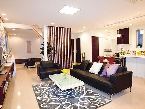 ダイニングや和室との間に仕切りを設けないオープンなリビングルーム 隣接する落ち着いた雰囲気の和室は、大切なお客様をおもてなしするのはもちろん、家族だんらんの場としても最適です。