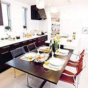 奥様の動きを考えてプランニングされた、効率的な家事動線。毎日の料理も楽しくなる、機能的なキッチンとダイニングスペース。