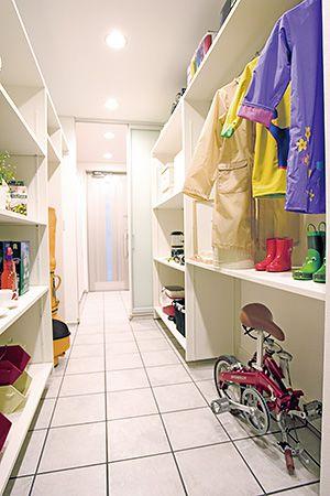 玄関から帰ってきて、靴を脱がずに荷物を収納できる理想の空間。クロークはご主人様にパントリーは奥様に大人気です