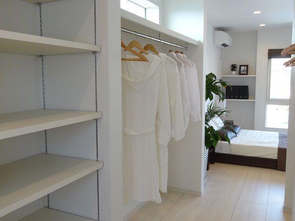 主寝室に隣接する大型クローゼットがあればお部屋も広々。
