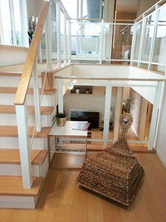 階段の踊り場を利用した多目的スペースは、本棚を置いてお子さんへの読み聞かせスペースにも。