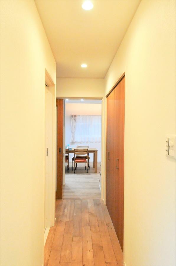 内装は「無垢床」と「白」のみのシンプルなデザイン。