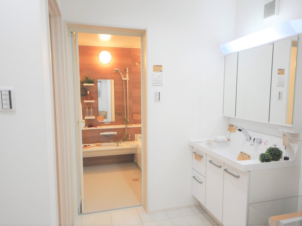 脱衣所では、床の一部をくり抜いて基礎の中身が見えるようになっている。床暖房の温水パイプにも直接触れることができる。