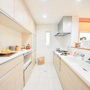 キッチン・脱衣所・トイレの床はさらっとしたテクスチャのタイルを使用。夏は裸足でさらっと冬は床暖房の熱が足に伝わる気持ちのいいタイルで仕上げている。