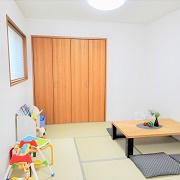 和室はLDKと繋がる開放的な空間。打ち合わせ中もお子様が飽きないようおもちゃや絵本が置いてある。