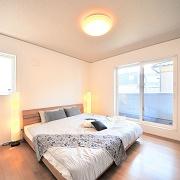 主寝室は東向きのバルコニーと隣接している。