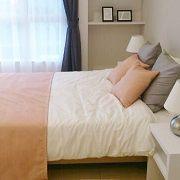 寝室は日々の疲れを癒す空間です。ゆったりとした広さでくつろげそうです。