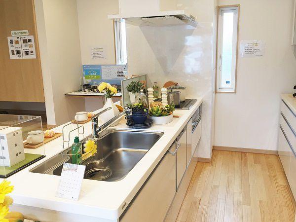 住まいの中心にあるキッチン。キッチンからは部屋全体が見渡せ、常にキッチンにいる忙しいママも安心です。