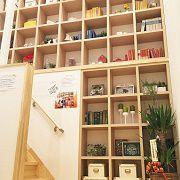 まるで図書館のような壁一面にある本棚。家族全員の本棚にすれば家族の図書館になりますね。色んな本に出合え新たな気付きが生まれる場所です。