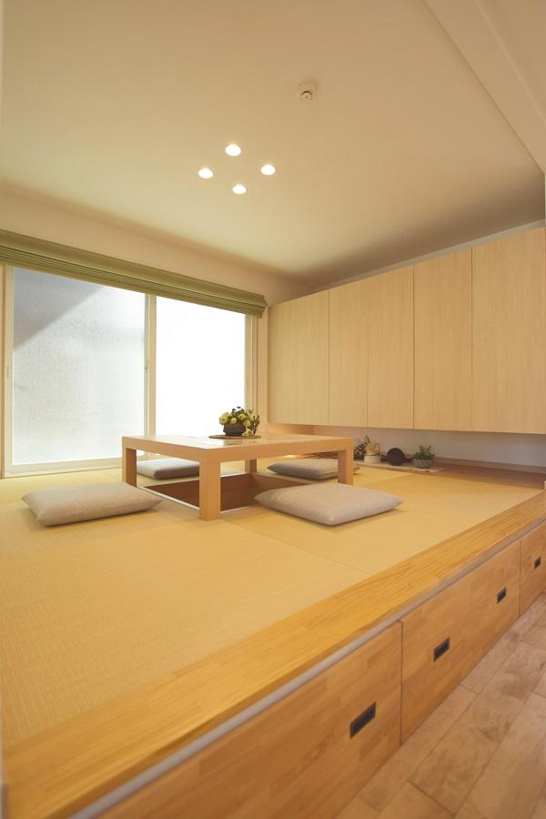 小上がり部分を使った床下収納と、掘りごたつの和室。家族団らんの憩いの空間。