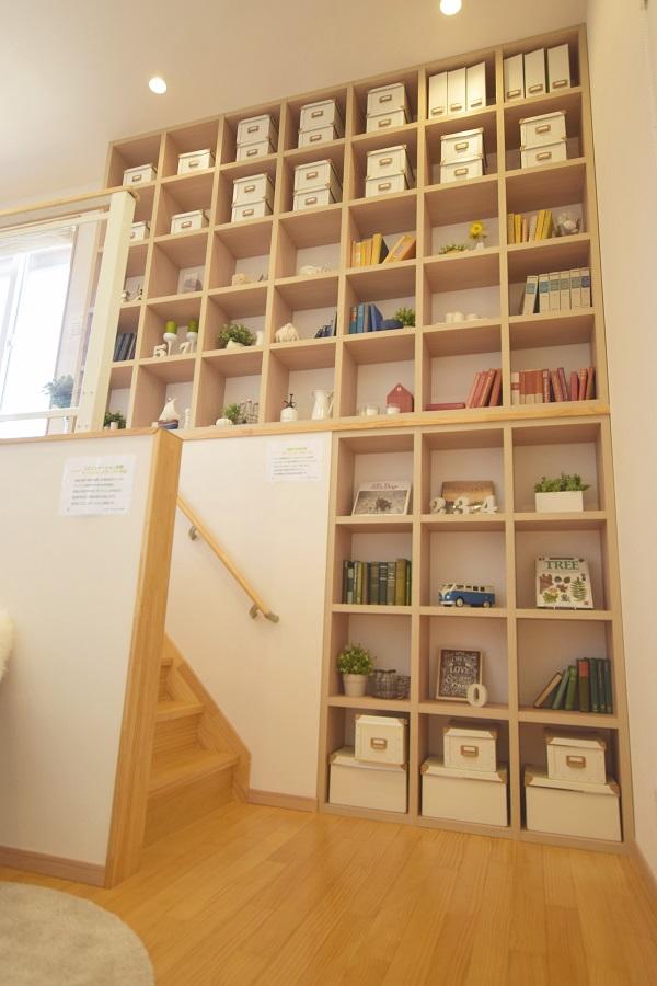 まるで図書館のような壁一面にある本棚。 色んな本に出会え新たな気付きが生まれる場所です。