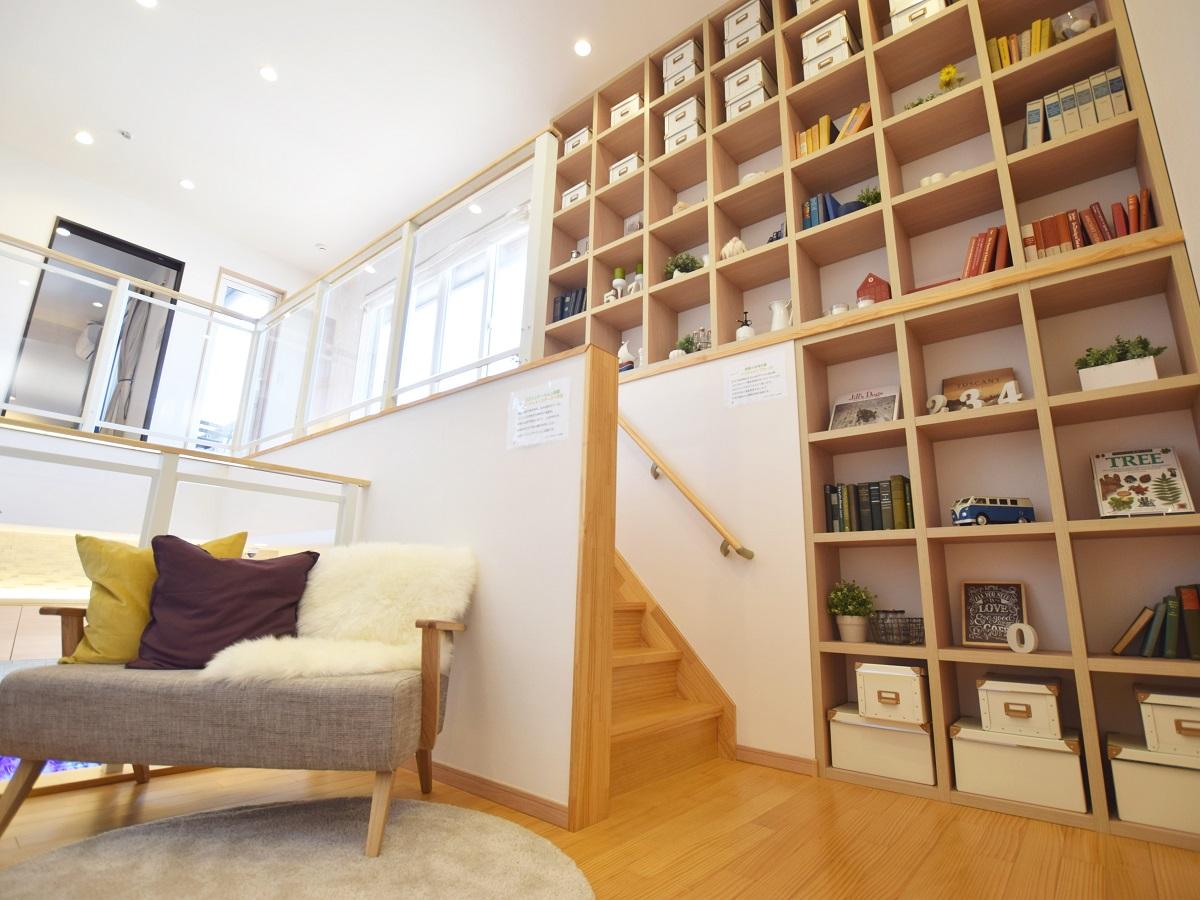 階段の踊り場を利用した多目的スペース。お子さんと本を読んだり、遊んだり。 家中が見渡せるので、家族の気配や変化に気づくことができます。