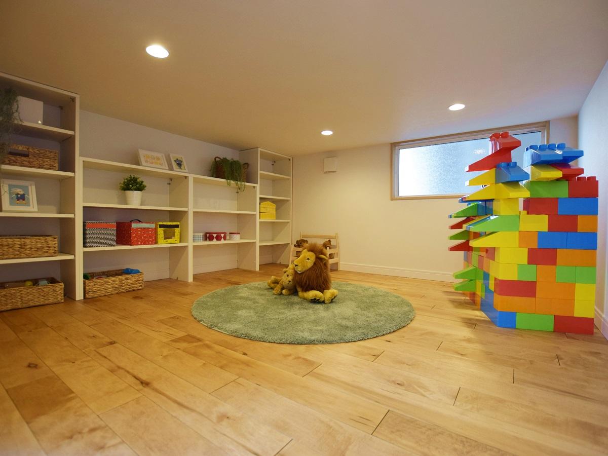 踊り場の下を利用した【kidukiボックス】 リビングから直接出入りができ、お子様が小さい頃は遊び場として、後々は大きな収納庫になるスペースです。