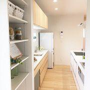 玄関⇒クロ-ク⇒パントリ-⇒キッチンへと続く動線は使いやすくとっても便利