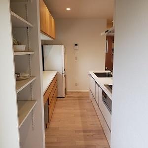 玄関⇒クロ-ク⇒パントリ-⇒キッチンへと続く動線は使いやすくとっても便利。