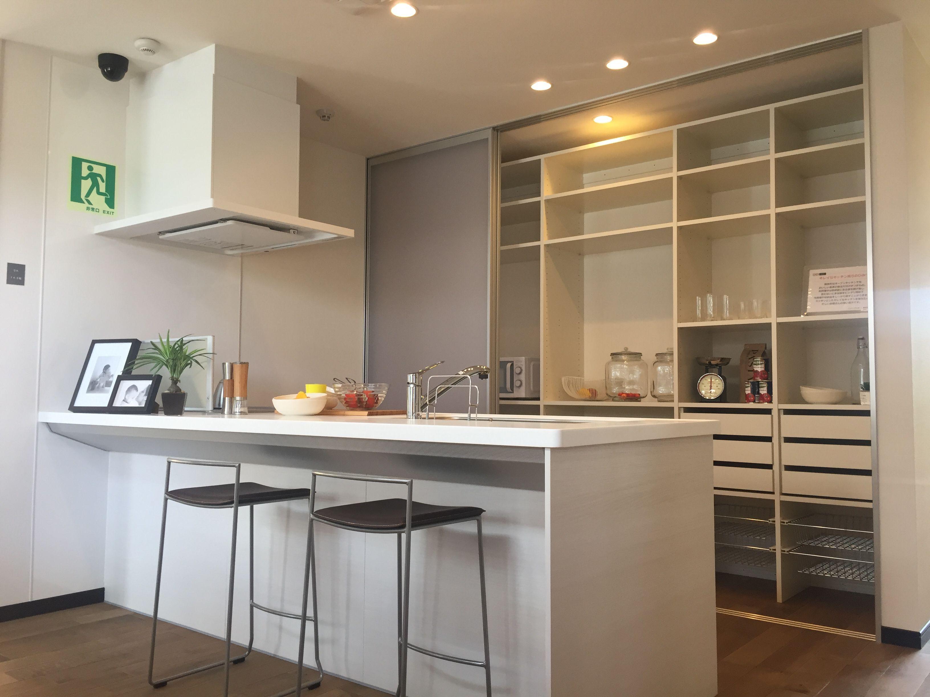 キッチンの背面にあるクリアウォールを閉めれば、大きなキッチン収納もシンプルな壁に変身。部屋全体がスッキリとします。