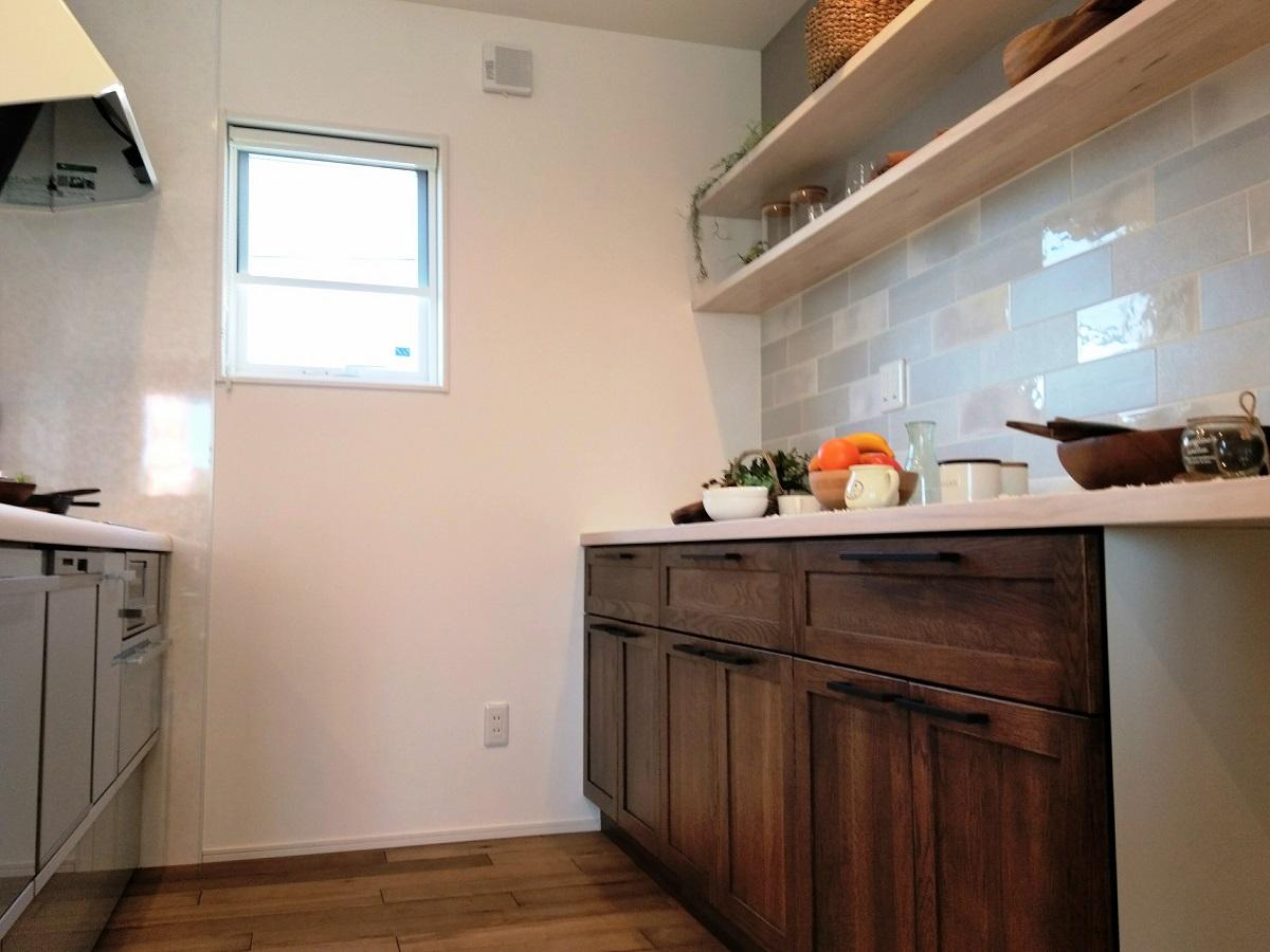 キッチン収納と色・素材を変えることで、動きのあるデザインになりました。