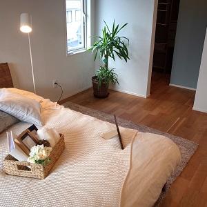 マットな床材を使用した安らぎのある空間です。ウォークインクローゼットは直接収納内が見えないので、すっきりと片付く寝室が実現します。
