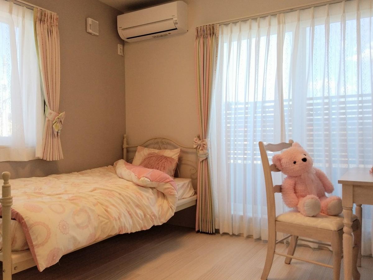 白い無垢床材がガーリーな印象によく合う、女の子の子ども部屋です。
