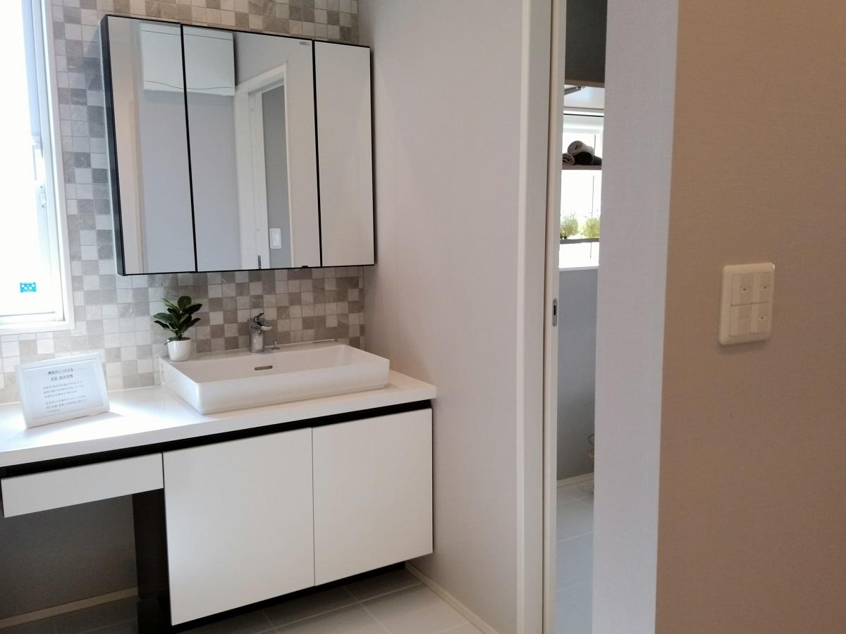 1階洗面所は標準仕様でタイルを使っています。タイルは地熱床システムの床暖房と相性が良く、ヒートショックの危険性を軽減します。