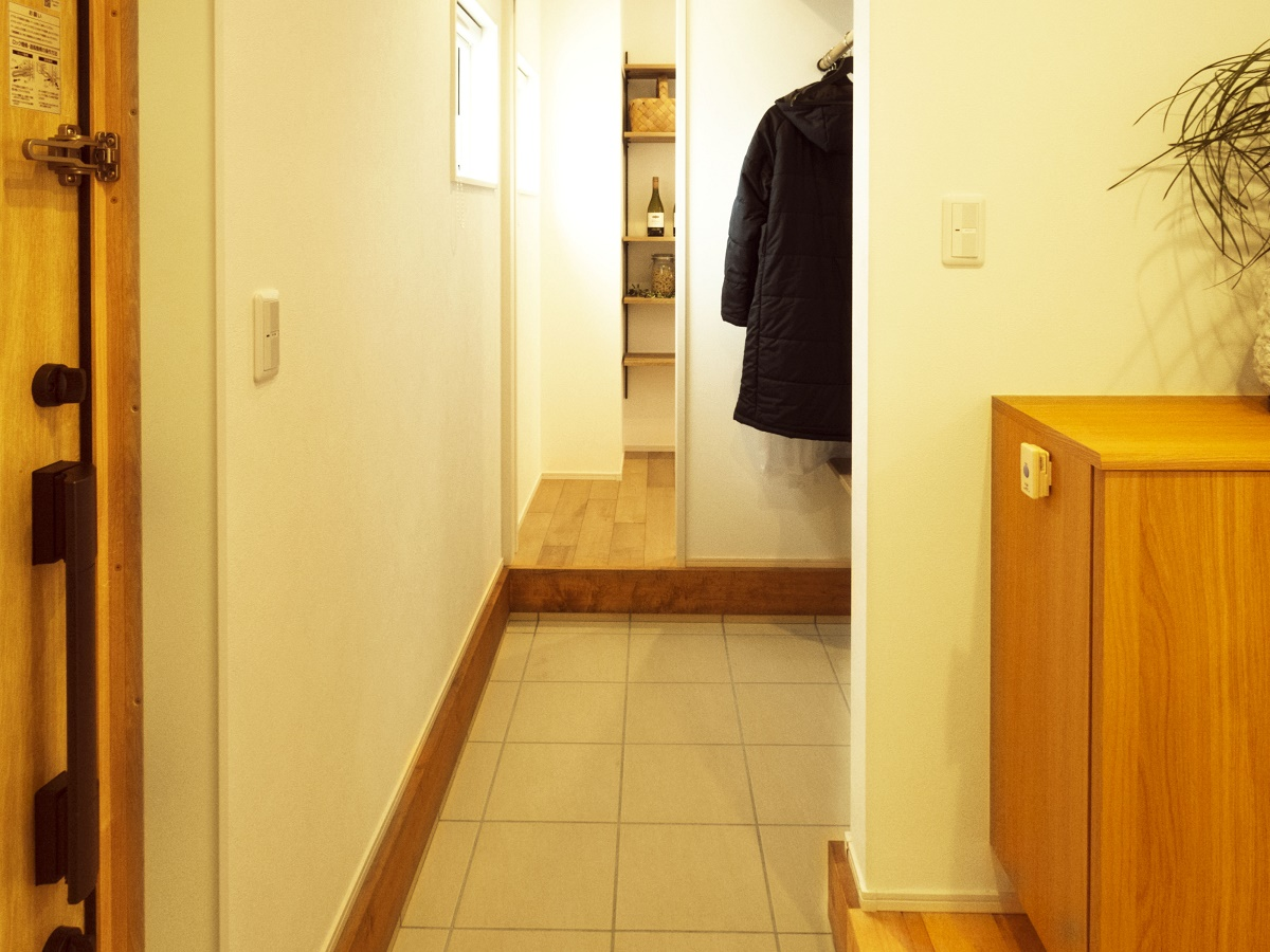 玄関からキッチンへと直接つながる動線は、使いやすさと収納量で毎日の家事負担を軽減します。