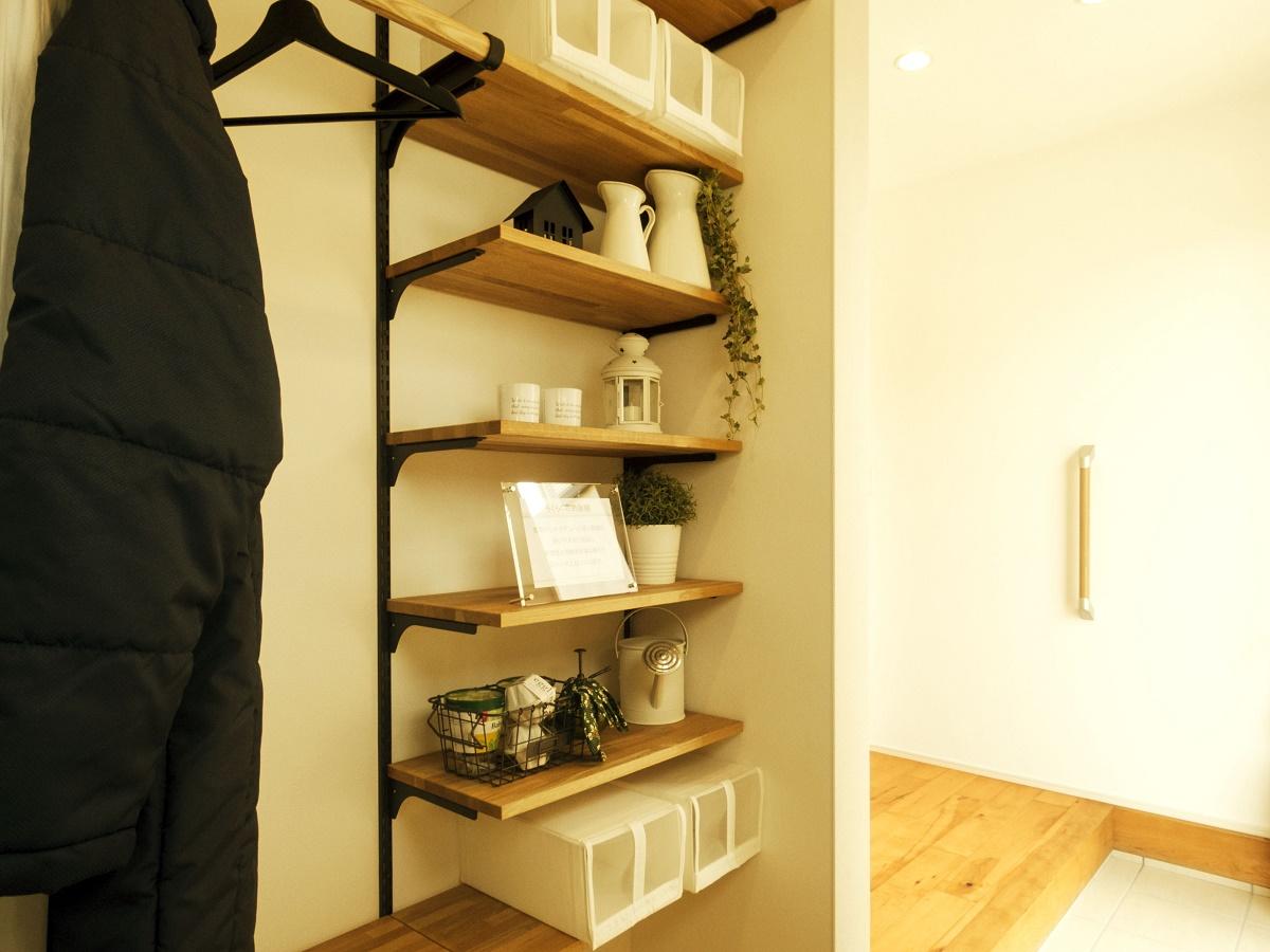 玄関から直接出入りできる収納空間。靴だけでなく、ベビーカーやアウトドア用品など、外で使うものを置くのにも便利。