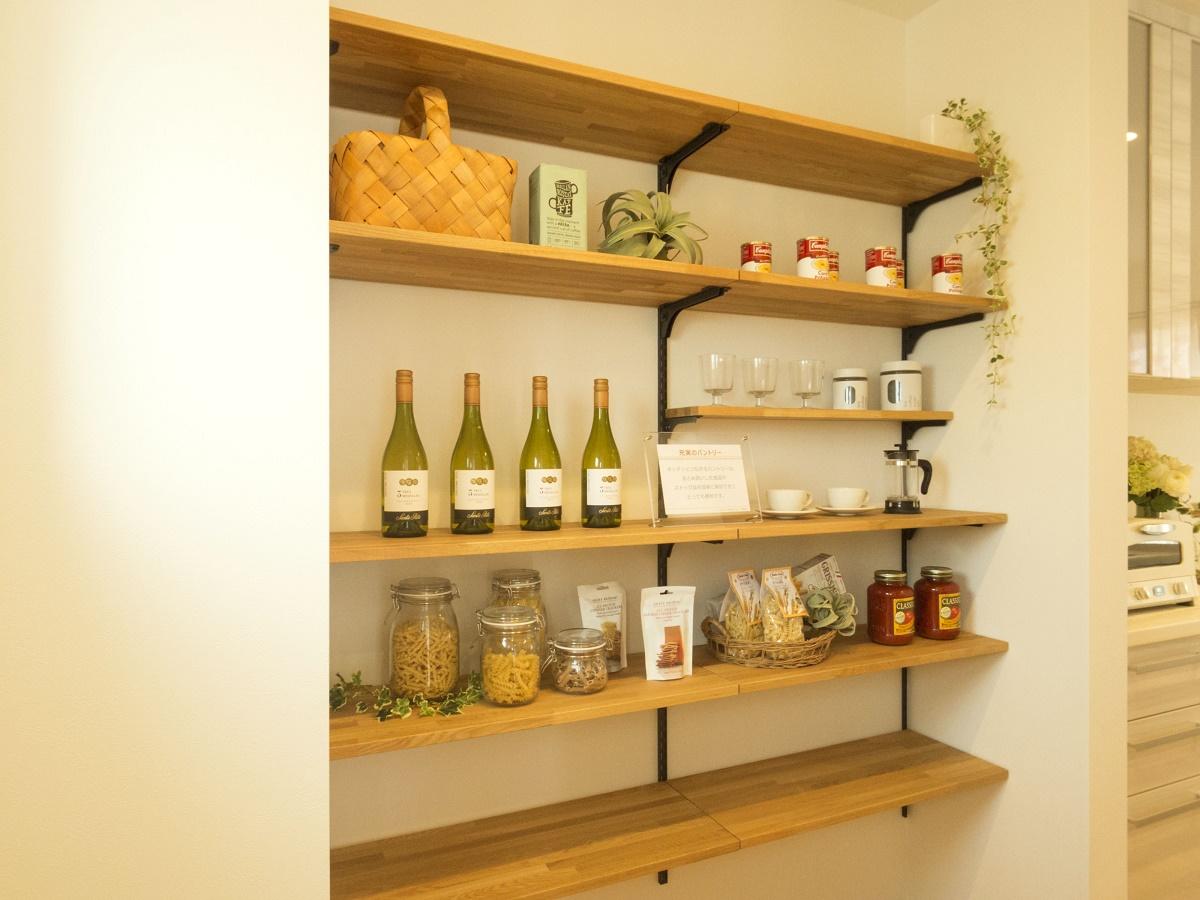 玄関やキッチンとつながるパントリーは、まとめ買いしたストック品を簡単に保管できます。