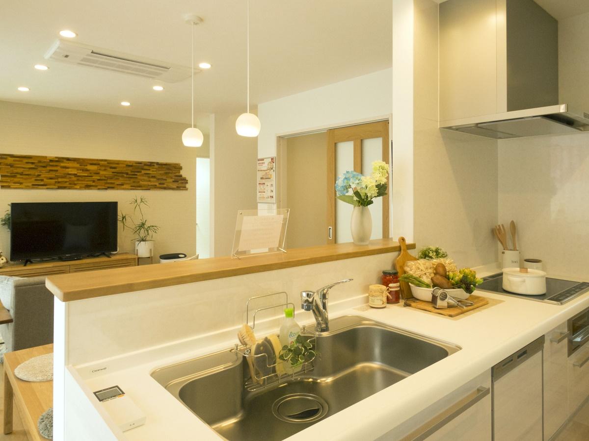 対面式のキッチンはLDK全体を見渡せるので、ダイニングやリビングにいる家族と会話がはずみます。