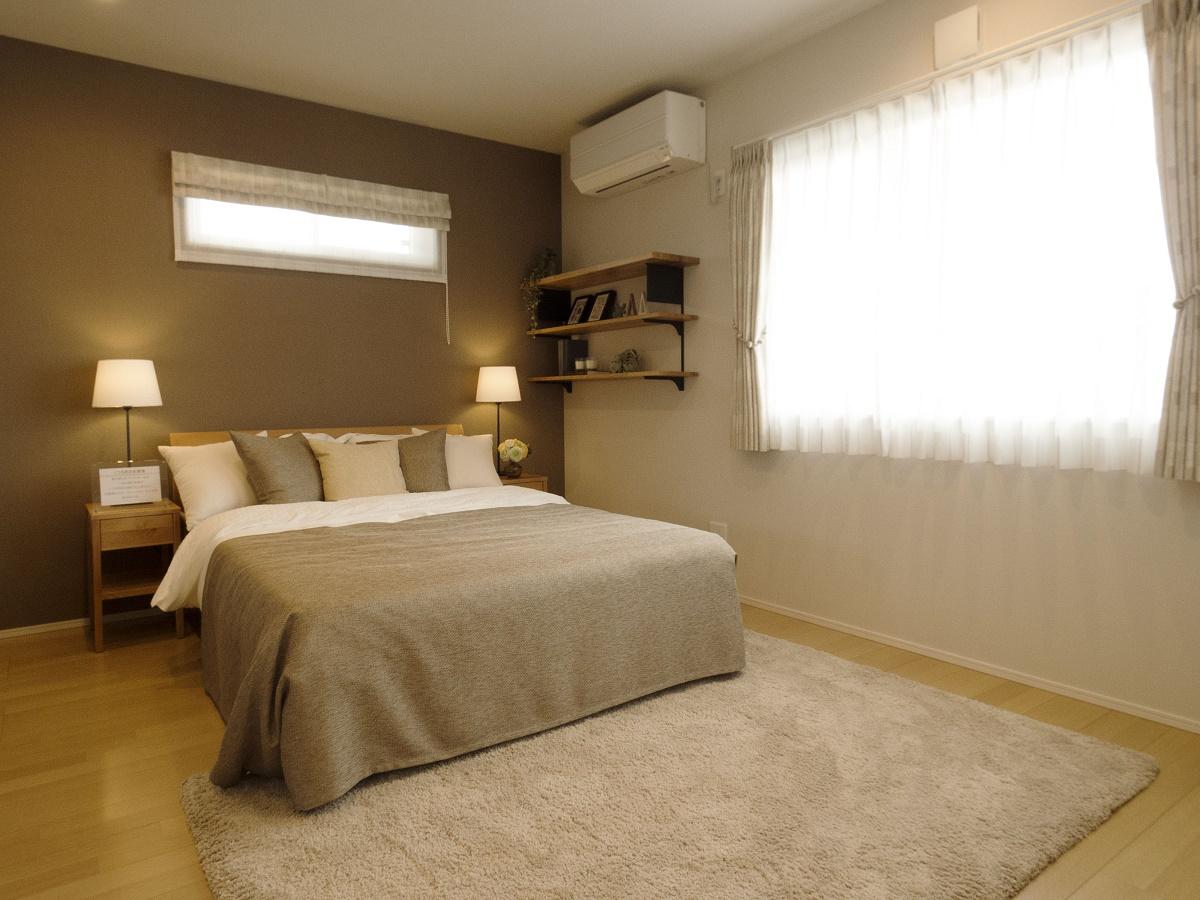 落ち着いた雰囲気のベッドルームは、一日の疲れを癒すくつろぎの空間です。