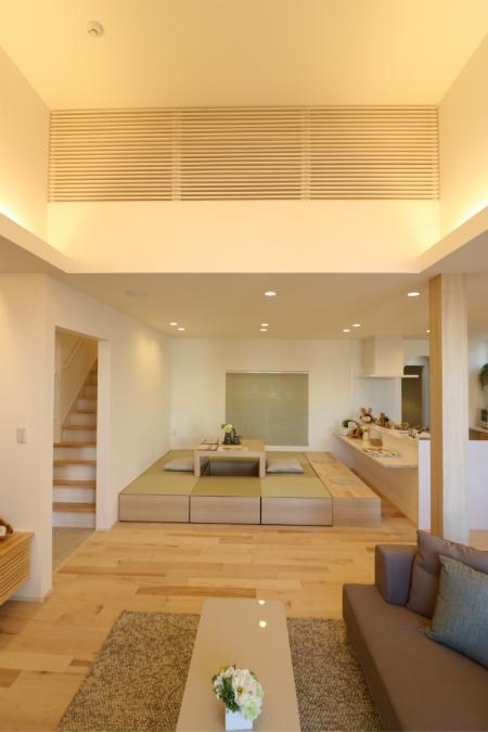 キッチン前に設けた小上がり畳スペースは床座と椅子座を融合させた空間。