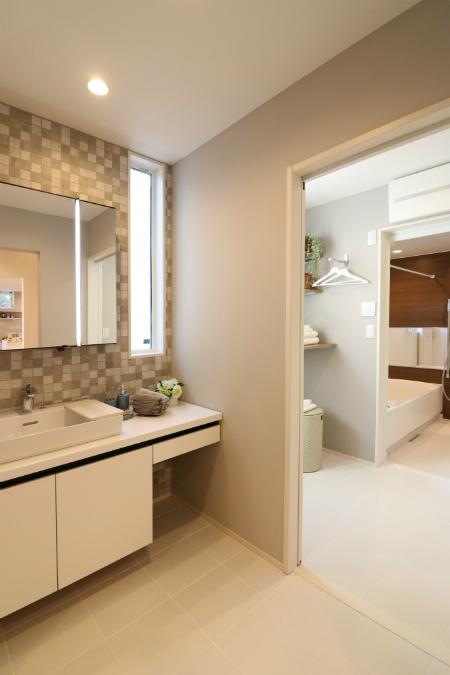 洗面所と脱衣所を独立させることで、家族の誰かが浴室を使用していても、洗面所は気兼ねなく使えます。