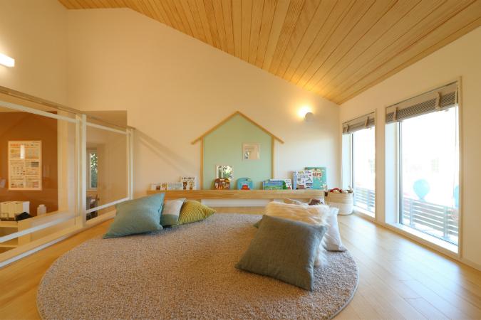 2階ホールからスキップフロアに続く空間は、勾配屋根を最大限活かした開放的な場所。