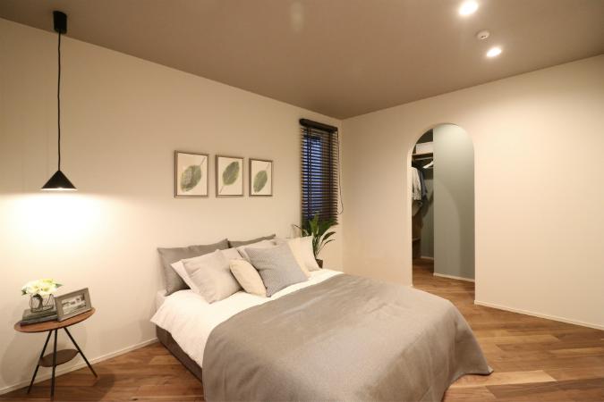 広いバルコニーに面した主寝室はホテルライクにゆったり過ごせる安らぎの空間です。