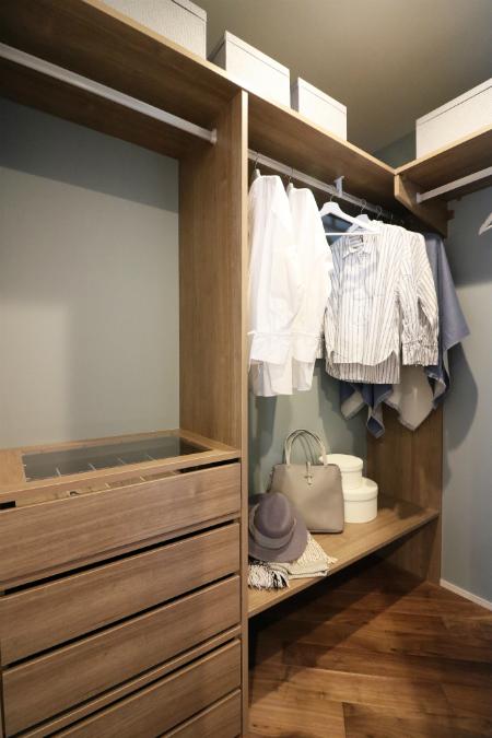 寝室には、夫婦それぞれのスペースを確保したウォークインクローゼットを設置。