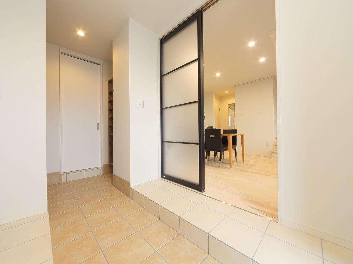 土間にも床暖房が入っており、玄関に入った瞬間暖かい。 そして、使い易さに配慮した生活動線で、利便性と収納量を兼ね備えています。