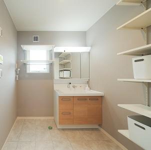 広々とし、可動棚で収納も確保。 タイル床でも暖かです。