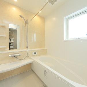 足が伸ばせる広々としたお風呂。 浴槽は半身浴が出来るよう、段差のあるタイプです。