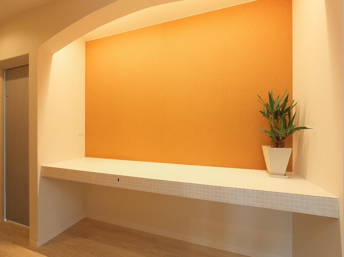 廊下の1部の壁にコルクボードを貼り、掲示スペースに。