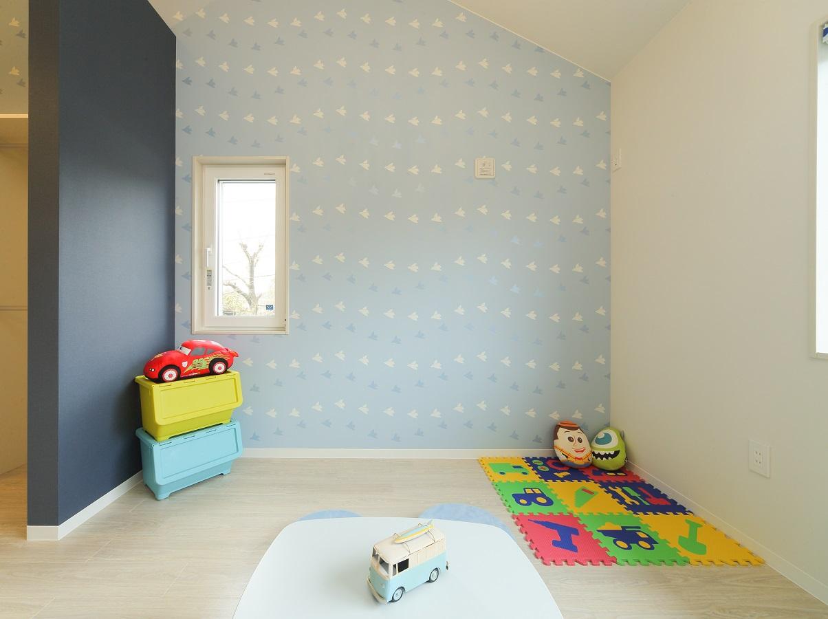 完全に区切らず、曲線壁で隣の部屋と回遊可能。 部屋と部屋との間に、収納もしっかり確保。