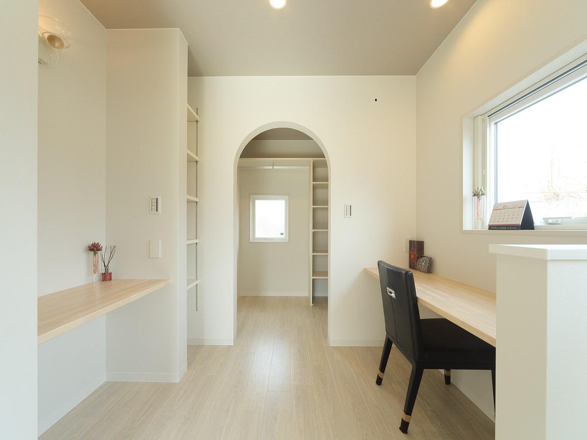 くつろぎの主寝室。部屋の奥には、パウダールーム・書斎をしつらえ、 大容量のウォークインクローゼットも魅力です。