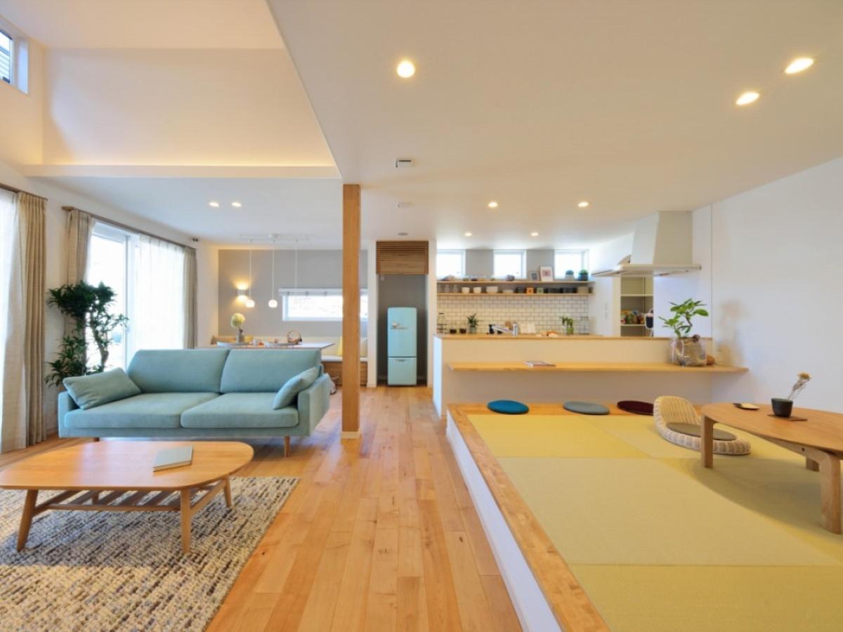 ハイリビングと、仕切りのない和室で生まれる広々空間