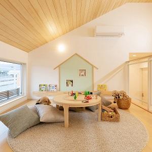 勾配天井を活かしたロフティスペース。お子様の遊びや大人の趣味の空間として。